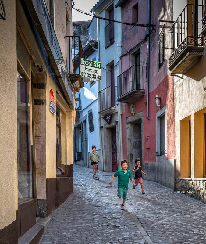 Trujillo children playing in the streets